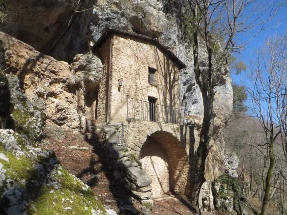 Escursione alla cascata di Zompo lo Schioppo e l'Eremo di S. Maria del Cauto